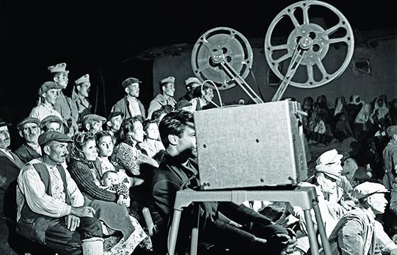 Des personnes regardent un film sur VL
